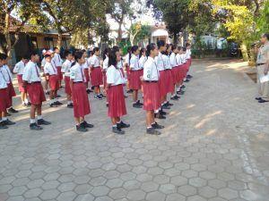 Kenakan Pakaian Hitam Putih Polisi Ikut Serta Jaga Pelaksanaan Ujian Nasional Tingkat SD di Wilayah Kec. Wungu