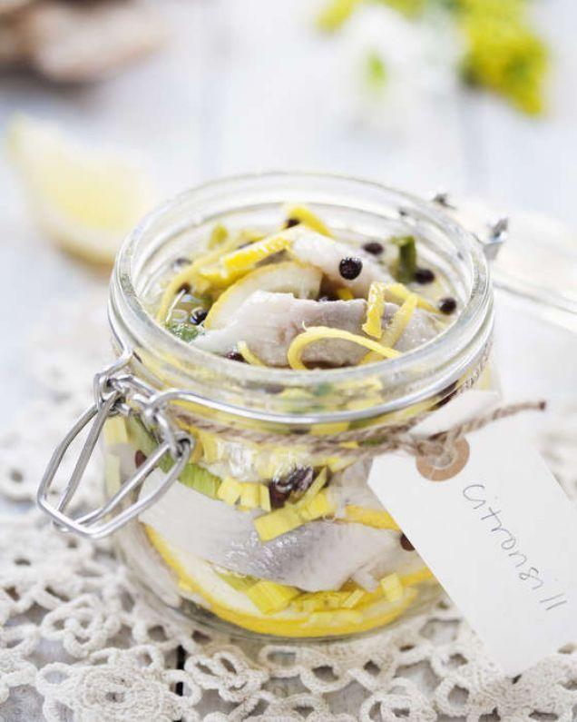 Vår citronsill är en snabbfixad sill som får smak av hemkokt lag, kryddpeppar och citron. Se vårt goda och fräscha recept här!