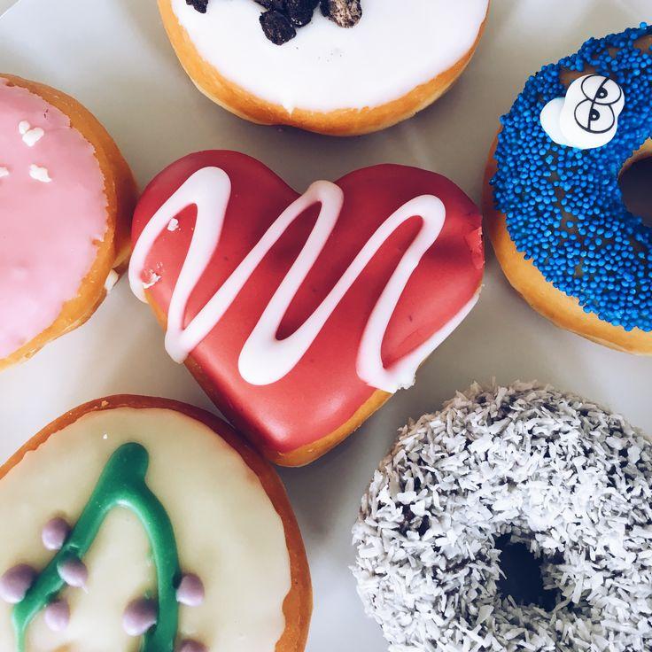 When it's #Friday AND your colleague brings #donuts 🍩😁#cantgetbetterthanthat #officegoals #munich #fridayattheoffice #rolandberger