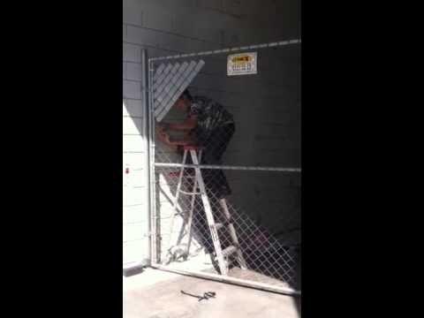 INSTALACION de cinta rompe viento en malla ciclónica en emp