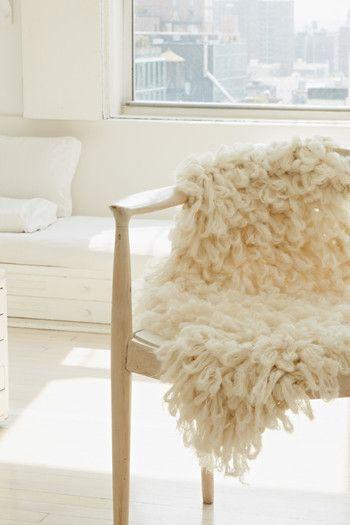 こちらのブランケットは変わり糸で編んだもの。手編みとは思えない個性的なデザインになりますね!