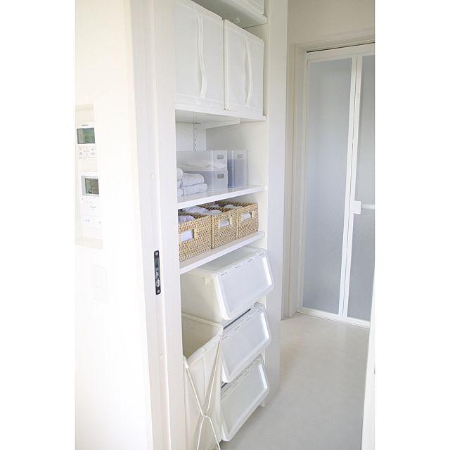 女性で、3LDK、家族住まいの連投すみません/skubb/IKEA/無印良品/ラタンボックス/ケユカ…などについてのインテリア実例を紹介。「洗面脱衣所の可動棚には、設置する高さによって使いやすい収納方法を選びました。  フタが前面にパカパカ開くカインズのキャリコには、子供の通園バッグやパジャマなどを。 子供でも開け閉めしやすいので、ゆくゆくは自分で準備するようになってほしいと願望を込めて・・^^; 中段のカゴには子供の着替えをジャンル別に。 上段のIKEAの布地ボックスには使用頻度の低い季節ものタオルやストック品を。 取っ手が縦方向についているので高い位置にあっても取り出しやすいです。」(この写真は 2015-09-28 10:19:23 に共有されました)