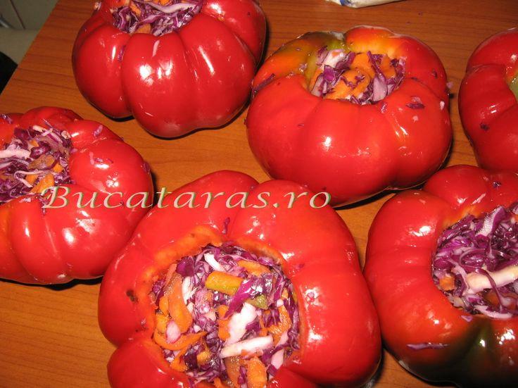 Reteta culinara Gogosari umpluti cu varza rosie, morcovi si telina din categoria Muraturi. Cum sa faci Gogosari umpluti cu varza rosie, morcovi si telina