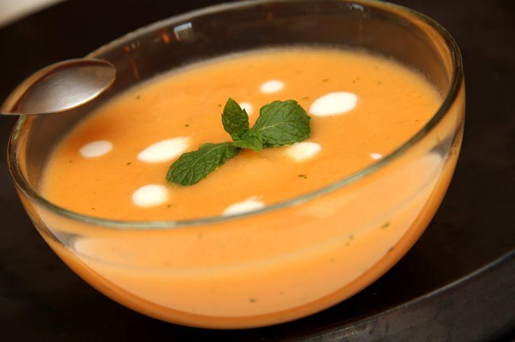 Sárgadinnye krémleves recept: Nyáron el sem képzelhetünk kellemesebbet egy jól behűtött gyümölcslevesnél. Manapság divat főzni a gyümölcsleveseket, de én ezt sohasem teszem, hiszen attól minden vitamintartalmát elveszíti a gyümölcs! Ez egy igazán frissítő sárgadinnye leves recept, de az egy óra hűtőben pihentetést ne hagyd el a végéről! ;)