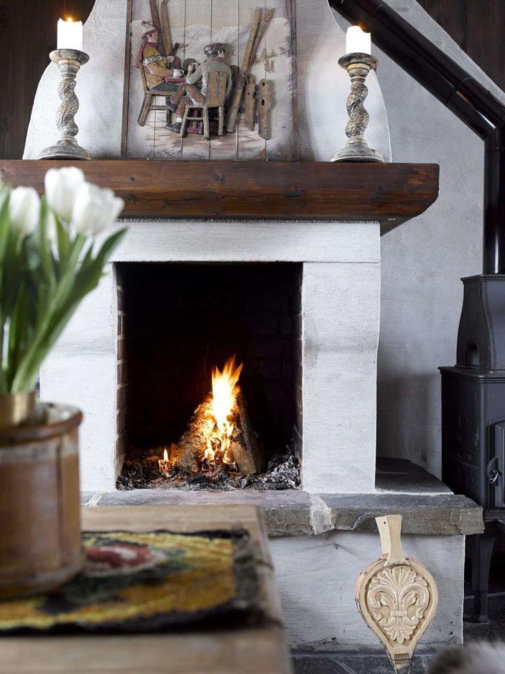 Inspirert av gruer: Peisen er laget etter tegning av hytteeier Inger, og er inspirert av ildsteder fra gamle gårder. Litt grueaktig skulle det være. Umalt, i grå mur. Bildet er fra Country Corner.
