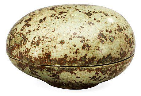 HANS HEDBERG, ASK MED LOCK, BIOT, FRANKRIKE. Starkeldsfajans, närmast oval, spräcklig glasyr i grönt. Signerad HHg. 12 x 9,5 cm, höjd 7 cm.