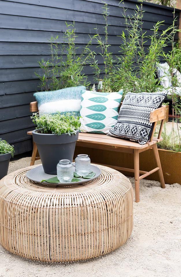 Sitzplatz im Garten mit Bank und Rattan Tisch