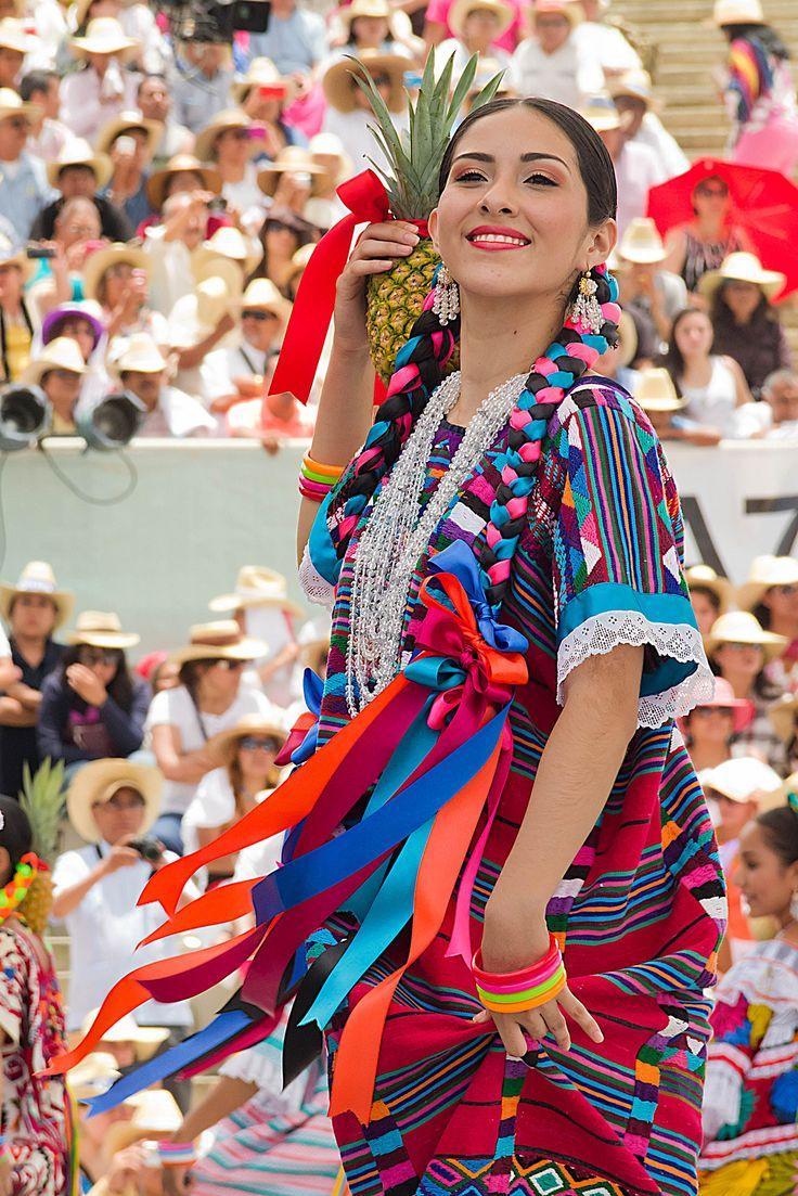 Hermosa oaxaqueña durante el Baile de la Piña | Viajes de piña. | Visto en el blog Dichos y Bichos