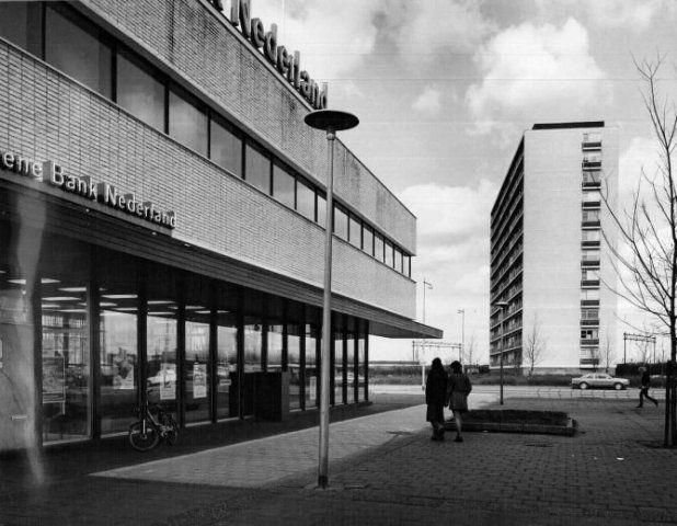 Datering tot: 1973-12-31 Beschrijving: Het kantoor van de Algemene Bank Nederland aan de 's-Gravelandseweg gezien in de richting van de flat aan de Louis Raemaekersstraat.