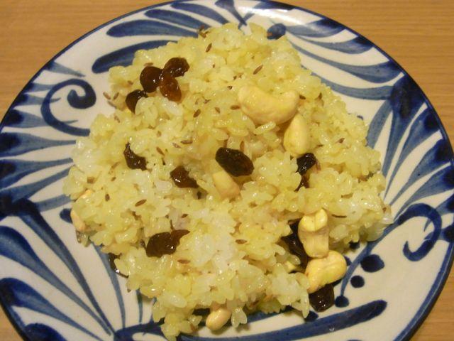 ギーライスのレシピ  - ティラキタレシピ  ギーライス momosukeさん提供 カレーにもそのままでもおいしい インド料理  材料(1人分) 所要時間: 20 分( 調理:20分) ご飯1人前 ギーまたは無塩バター大さじ1 レーズン大さじ1 カシューナッツ大さじ2 クミン ホール小さじ1 ターメリック パウダー小さじ1/2 塩お好みの量  1 ごはんは硬めに炊いておく 2 フライパンにギーか無塩バターを、入れて中火にかけ、レーズン、カシューナッツ、クミンを炒める     3 カシューナッツがきつね色になってきたら、ターメリックを加えて全体になじませ、ごはんを加える     4 ごはん全体に油分と色が回ったら火を止め、お好みの塩加減で味つけし完成