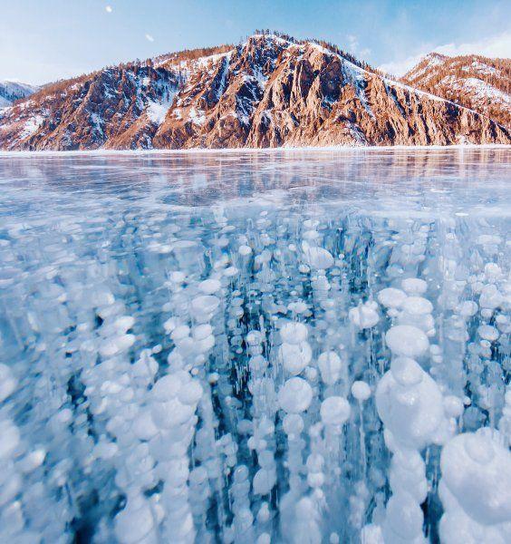 """Strukturen zum Staunen: Das Eis schließt Fische und Zweige ein. Aber auch Methangasblasen sind zu erkennen, die von Algen im See produziert werden. """"Das Eis des Baikalsee ist das durchsichtigste der Welt"""", sagt Makeeva begeistert, """"man kann Objekte in einer Tiefe von bis zu 40 Metern sehen."""""""