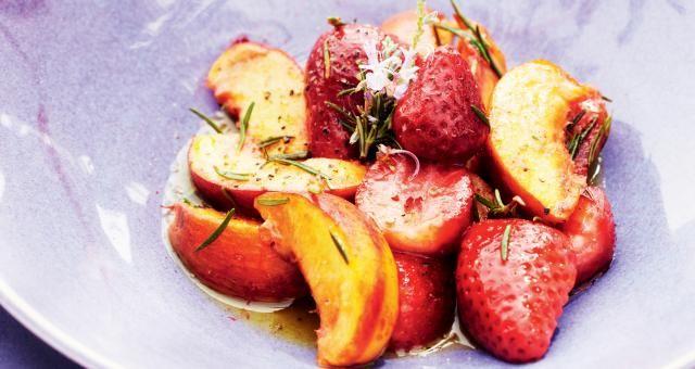 Pascale Naessens - Gebakken perziken, aardbeien en bessen met rozemarijn