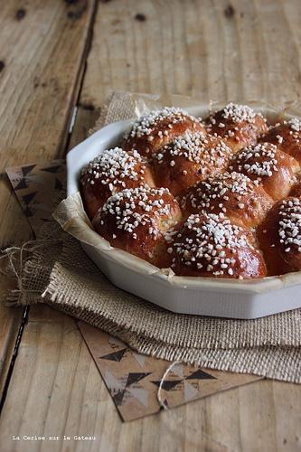 Brioche nordique, perles de sucre, oranges confites et cannelle