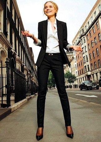 Schwarzes Sakko, Weißes Businesshemd, Schwarze Anzughose, Schwarze Leder Pumps für Damen
