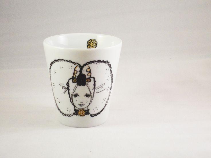 Koffie beker Neeltje Neeltjeis een Zeeuws meisje uit Arnemuiden. Ze heeft een grote zondagse kap met mooie gouden krullen gouden hangers. Dit kleine schattig Koffie beker Nelis perfect om de heerlijkste koffie uit te drinken.Het heeft een zwarte print met gouden details. In het kopje zit ook nog een klein Zeeuws knopje verwerkt. De maten […]