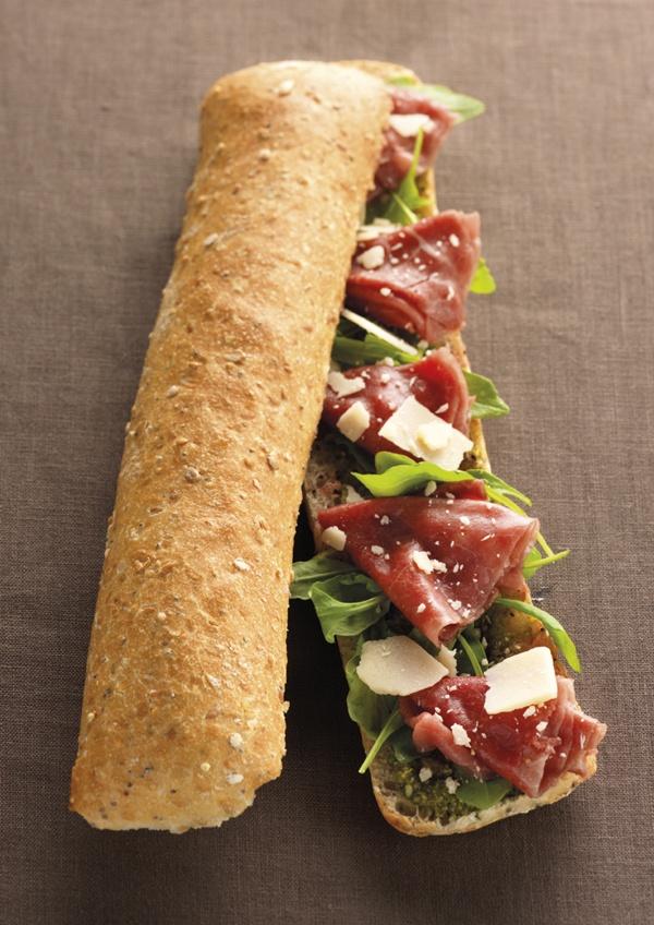 L'Italien : carpaccio de boeuf mariné d'origine France, pesto, copeaux de parmesan, roquette