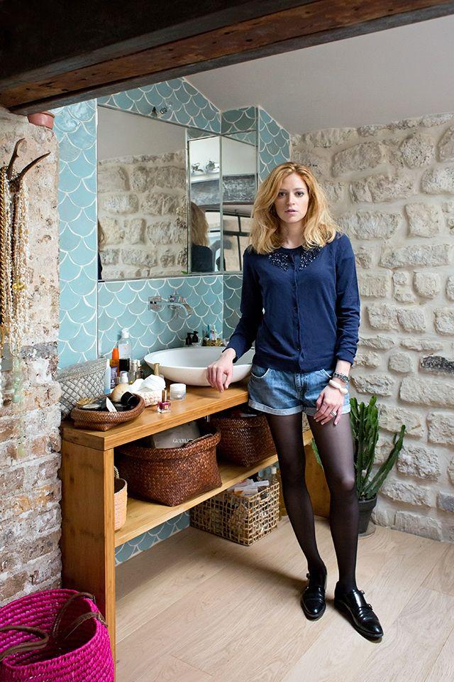 Mur de pierre et zélige bleu. Idée salle de bain