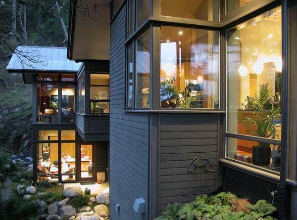 Стильные угловые окна – примеры и способы декорирования необычной архитектурной детали