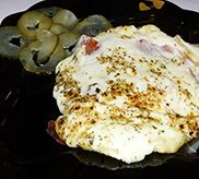 Provoleta Aurora: Rellena de tomate acompañada con pepinillos dulces.  www.lagularugbybarmuseum.es