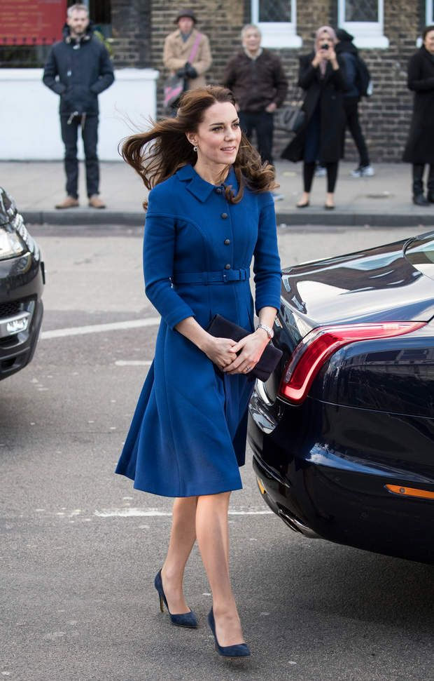 Une robe rétro signée Eponine London, et une pochette de chez Stuart Weitzman.Kate Catherine Middleton, duchesse de Cambridge et le prince William, duc de Cambridge visitent le centre Child Bereavement UK à Londres, le 11 janvier 2017.