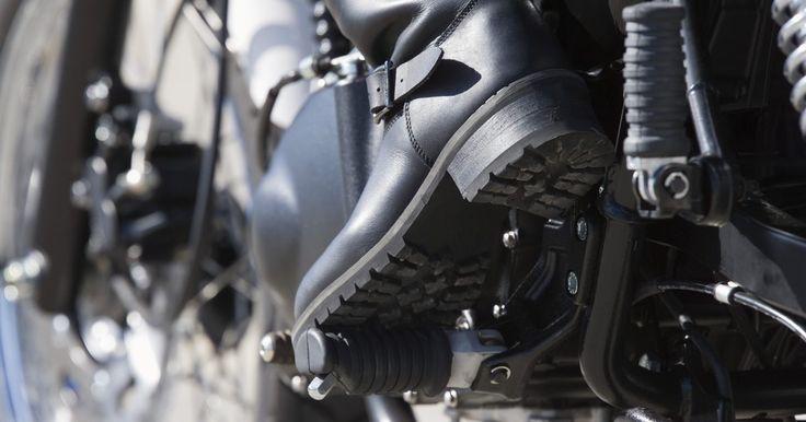 Cómo eliminar el roce de las botas de trabajo con puntera de metal . Protege tus pies de la aparición de dolorosas ampollas, al evitar el roce constante de tus botas con puntera de acero. Las botas de trabajo nuevas o aquellas que no ajustan correctamente, a menudo rozan los dedos y el resto de los pies, causando dolor y otras molestias. El ablandamiento del cuero duro de este tipo de zapato de seguridad, puede ...