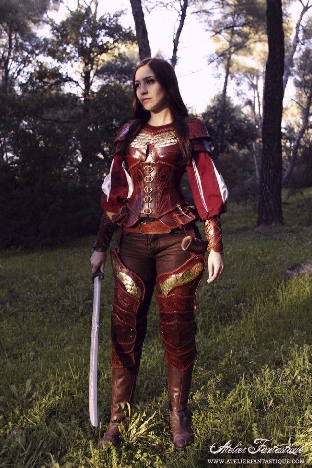 Armure femme GN medieval fantastique, écailles en métal et corset à pochettes. Medieval fantasy leather lady girl feminine female armor with scales and pouches cor