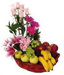 canasta frutal con rosas, gerberas y lilys.