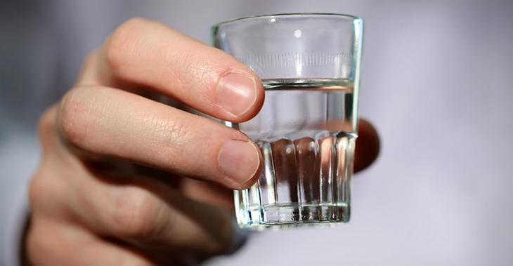 Кроме приема внутрь существует много других способов применения водки, о которых вы возможно не знаете. Нет, я сейчас не коктейлях хочу вам рассказать, а о применении водки в домашнем хозяйстве. 1. Ша...