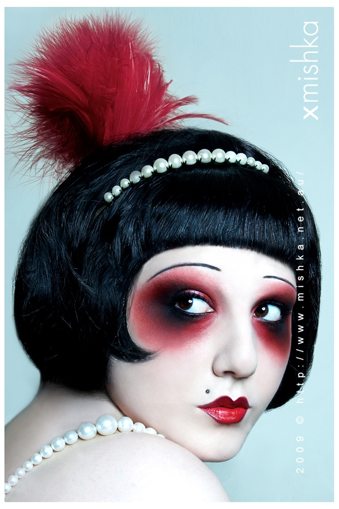exaggerated 20's style show makeup