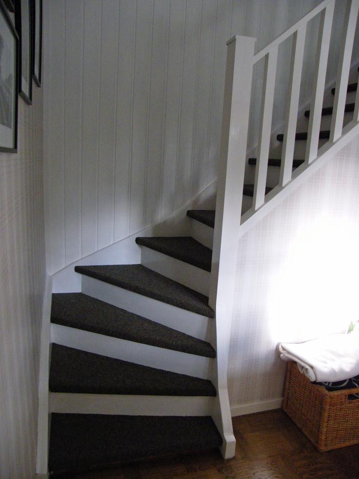 Hittade en bild på en fin trappa med heltäckningsmatta på http://frasseshus.blogspot.se