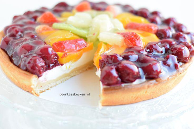 Ja het is lente! Voor mij de aftrap om weer heerlijk met zomerfruit te gaan bakken. Zo ook deze heerlijke frisse fruitvlaai met yoghurtbavarois!