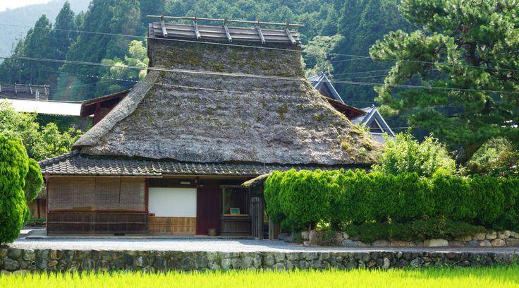 京都府南丹市美山町にある「美山FUTON&Breakfast」は、まるでその土地に暮らしているかのように宿泊できる、茅葺き一棟貸しの宿。古来の...