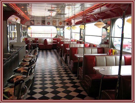 O que é um diner, basicamente? Um trailer grande adaptado para ser um restaurante barato. Mas o termo também é estendido às lanchonetes...