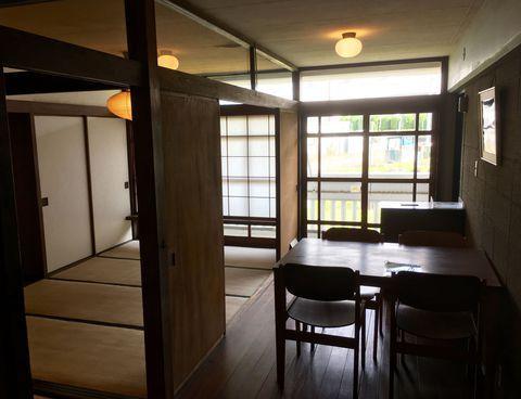 近代建築や団地好きな方の中で一度は話題に上がる同潤会アパート。関東大震災の復興住宅でしたが、そのレトロな雰囲気で多くの人を魅了しました。UR都市機構が公開する八王子の「集合住宅歴史館」は同潤会の代官山アパートをはじめ、近代のRC集合住宅を移築復元した貴重なスポット。見学には予約が必要ですが、無料でガイドさんの解説を聞きながら展示を見ることもできるのです。団地マニア必見のスポットをお見逃しなく!
