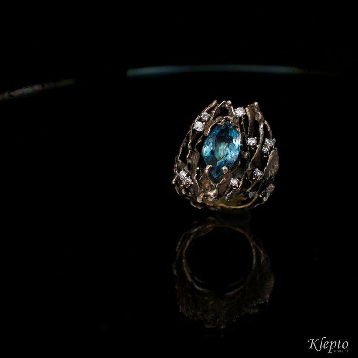 Anello in oro Bianco ossidato 18kt con Acquamarina e Diamanti.  Pezzo unico.