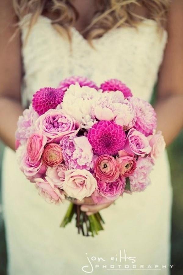 Dit is een mooi Bruidsboeket rose dahlia, pioenen, ranonkel