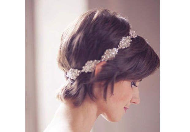 Le headband façon vestalePour sublimer votre coupe courte, placez un headband large à une dizaine de centimètres de la naissance des cheveux, et tout en gardant du volume vers l'arrière.