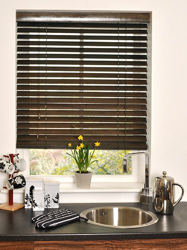 Available in 50mm slats, this wonderfully dark blind will give your home a traditional feel whilst blending in effortlessly with rich, dark decor. #wooden #venetian #blinds