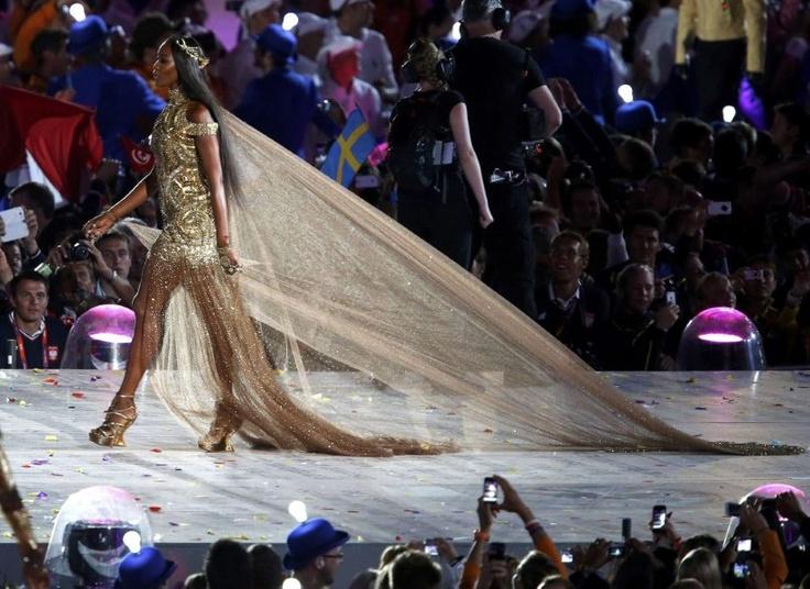 Supermodellen brengen ode aan Britse mode van de Olympische Spelen 2012.