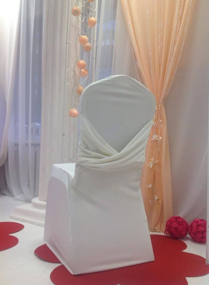 Krēslu pārvalks Swag, ivory. Nomas cenas šeit: www.deluxweddeco.com