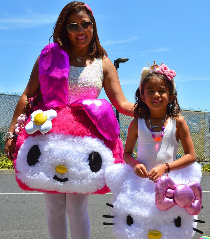 Mother-daughter duos went all out with this Hello Kitty costume