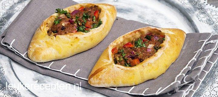 Zelfgemaakte Turkse broodjes gevuld met een pittig gehaktmengsel