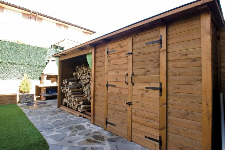 Caseta de madera con leñera