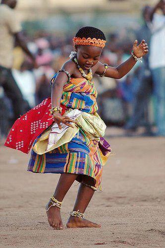 Ein junges ghanaisches Kind, das Akan Adowa tanzt,…