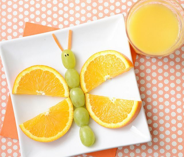 Mariposa de naranja y uvas. Cocinar fruta para niños