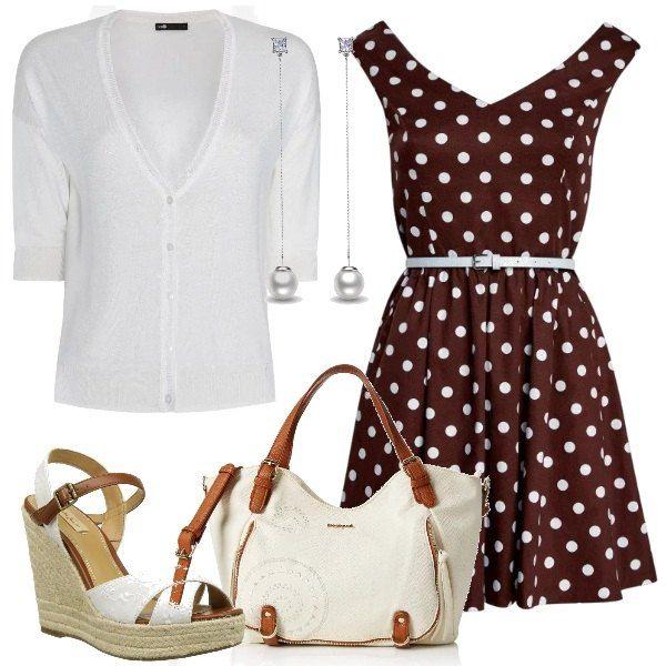 Un vestito a pois con cintura viene indossato con un cardigan bianco con manica 3/4. Le scarpe sono dei sandali con zeppa alta e richiamano nei colori la borsa a mano. Un paio di orecchini con perle pendenti completano la proposta.