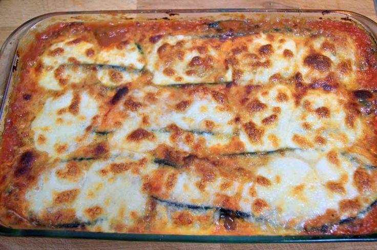 Cómo hacer Berenjenas a la parmesana. Primero cortamos las berenjenas de 1cm de grosor, las salamos y las colocamos en un escurridor así pierden el amargor. Rociamos con un chorrito
