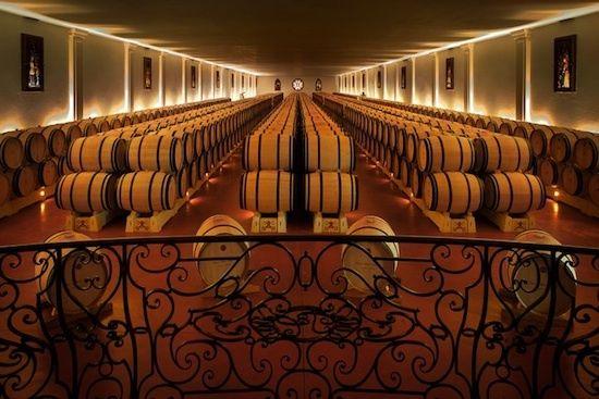 Chais à barriques ©Château Pape Clement