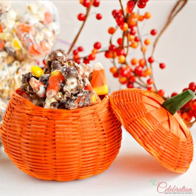 Chocolate & Vanilla Drizzled Fall Popcorn Mix - a delicious treat for fall parties, football watching and Thanksgiving hostesses! At littlem...