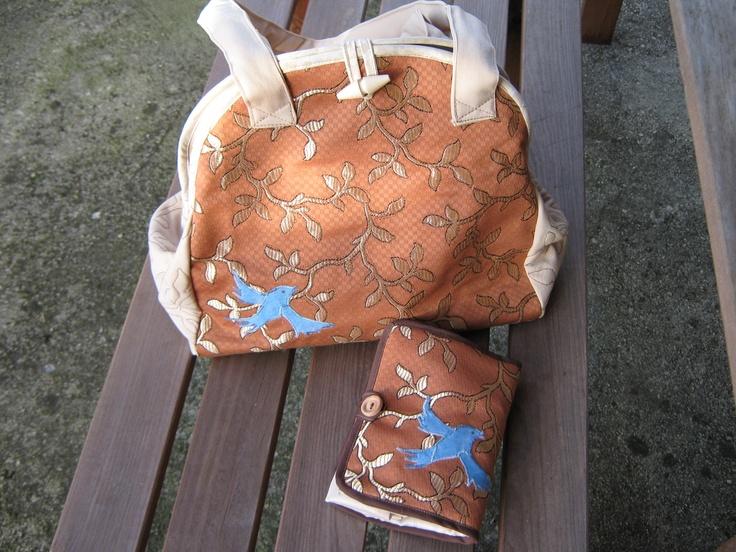 Egy válltáska, egy bevásárló táska.